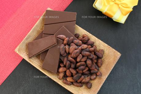 カカオ豆とチョコレートの写真素材 [FYI00942898]