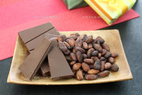 カカオ豆とチョコレートの写真素材 [FYI00942899]