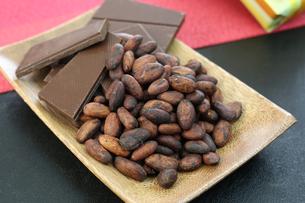 カカオ豆とチョコレートの写真素材 [FYI00942900]