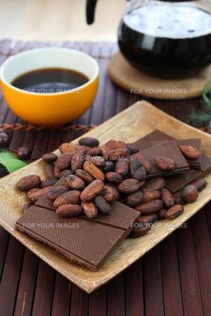 カカオ豆とチョコレートの写真素材 [FYI00942903]