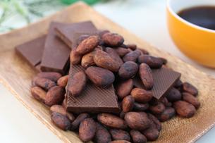 カカオ豆とチョコレートの写真素材 [FYI00942907]