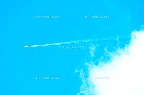 ジェット機と白い雲の写真素材 [FYI00942947]