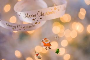 サンタと白いリボン クリスマスイメージの素材 [FYI00943898]