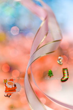 サンタと白いリボン クリスマスイメージの素材 [FYI00943918]