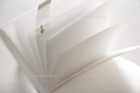 ポストイットが貼られたページの素材 [FYI00943927]