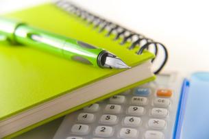 電卓と緑のノートとペンの素材 [FYI00943932]