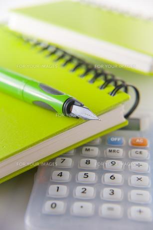 電卓と緑のノートとペンの素材 [FYI00943937]