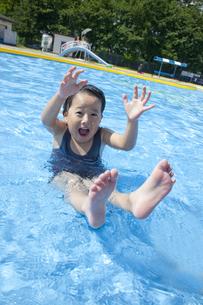 プールで遊ぶ男の子の素材 [FYI00943980]