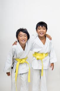 空手着姿で笑う二人の子供の素材 [FYI00944000]