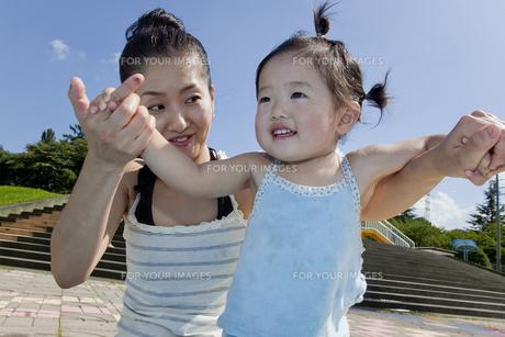 母親と踊る女の子の素材 [FYI00944012]