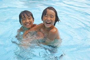 プールで遊ぶ二人の少年の素材 [FYI00944074]