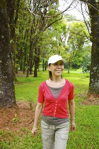 緑の中を歩く女性の素材 [FYI00944084]