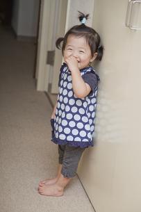 廊下で笑う女の子の素材 [FYI00944086]