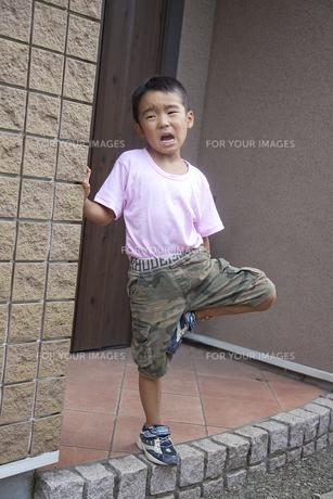 玄関前で泣く男の子の素材 [FYI00944090]