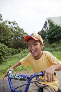 自転車に乗る笑顔の男の子の素材 [FYI00944101]