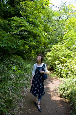 緑の中を歩く女性の素材 [FYI00944106]