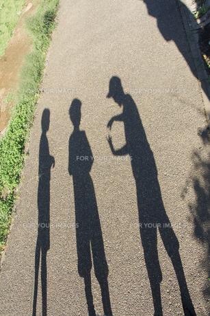 道に写る子供三人の影の素材 [FYI00944118]
