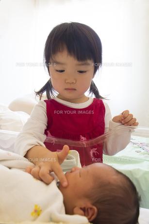 赤ちゃんを触る女の子の素材 [FYI00944125]