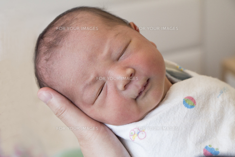 母親の手に抱かれた赤ちゃんの素材 [FYI00944137]