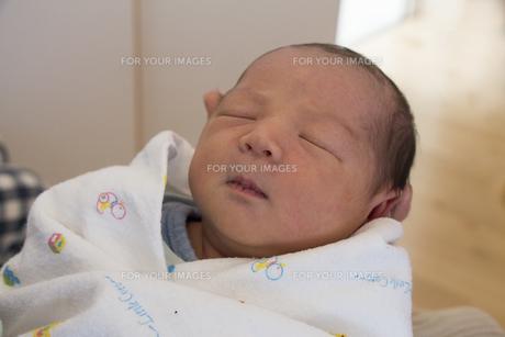 母親の手に抱かれた赤ちゃんの素材 [FYI00944151]