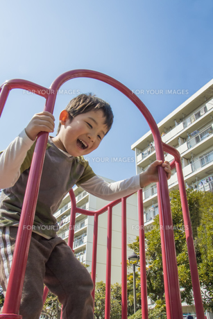 滑り台で遊ぶ男の子の素材 [FYI00944194]