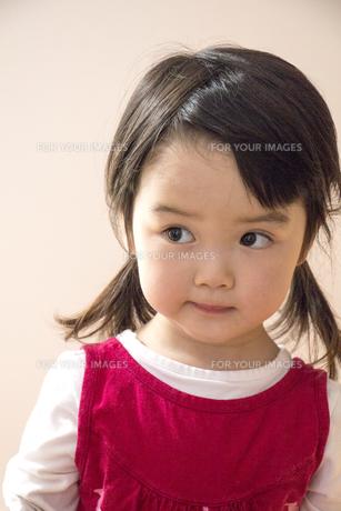 見つめる女の子の顔の素材 [FYI00944199]