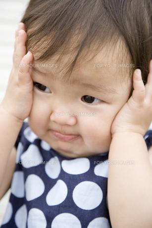 耳をふさぐ日本人の女の子の素材 [FYI00944202]
