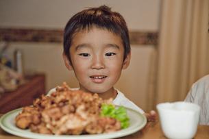料理を見つめる男の子の素材 [FYI00944214]