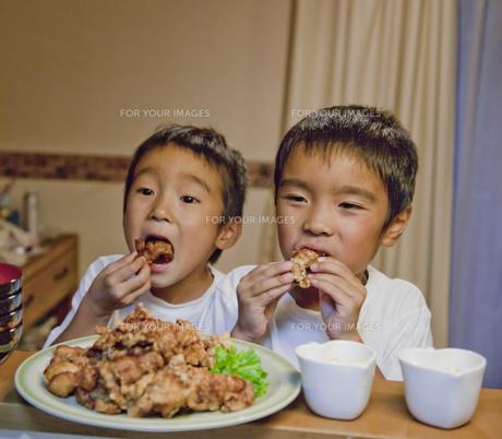 つまみ食いする二人の男の子の素材 [FYI00944220]