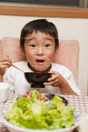 夕食を食べる男の子の素材 [FYI00944226]