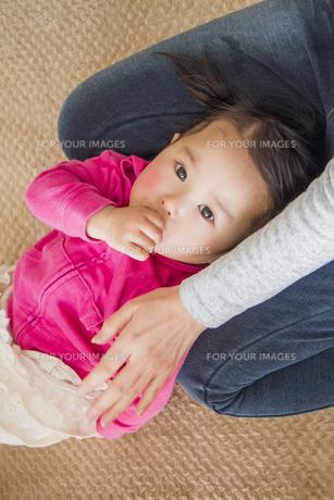 母親の膝に乗る女の子の素材 [FYI00944241]