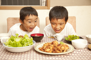 食卓の料理を見つめる男の子の素材 [FYI00944245]