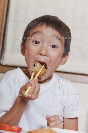 夕食を食べる男の子の素材 [FYI00944262]