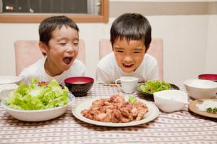 食卓の料理を見つめる男の子の素材 [FYI00944271]