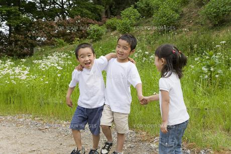 仲良く手を繋ぐ子どもたちの素材 [FYI00944290]