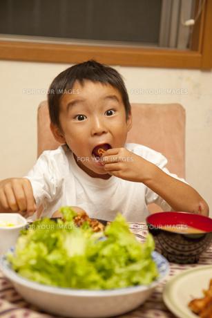 夕食を食べる男の子の素材 [FYI00944294]