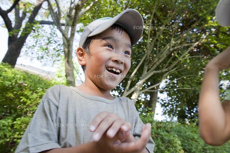 笑顔で話す男の子の素材 [FYI00944295]