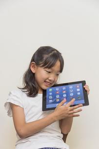 タブレットで遊ぶ子供の素材 [FYI00944302]