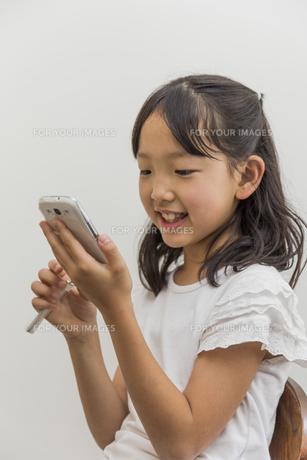 スマートフォンで遊ぶ子供の素材 [FYI00944303]
