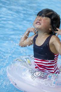 プールで遊ぶ少女の素材 [FYI00944334]