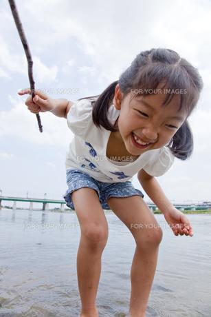 川で遊ぶ少女の素材 [FYI00944339]