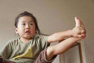 足を持ち上げる少女の素材 [FYI00944365]