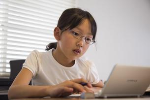 パソコンで勉強する少女の素材 [FYI00944369]