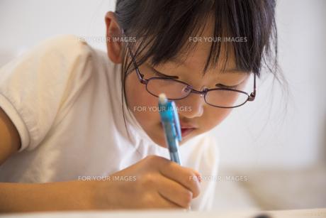 勉強する少女の素材 [FYI00944669]
