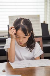 勉強する子供の素材 [FYI00944793]