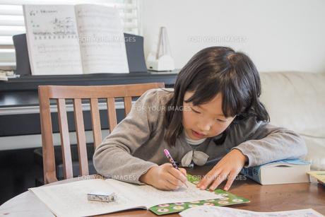 勉強する子供の素材 [FYI00944825]