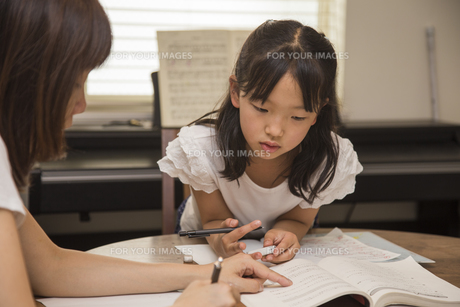 母親に勉強を教えてもらう子供の素材 [FYI00944834]