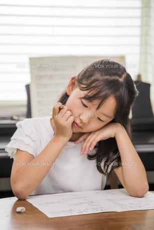 勉強する子供の素材 [FYI00944853]