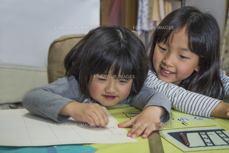 勉強する子供の素材 [FYI00944860]