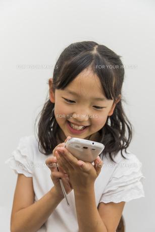 スマートフォンで遊ぶ子供の素材 [FYI00944870]
